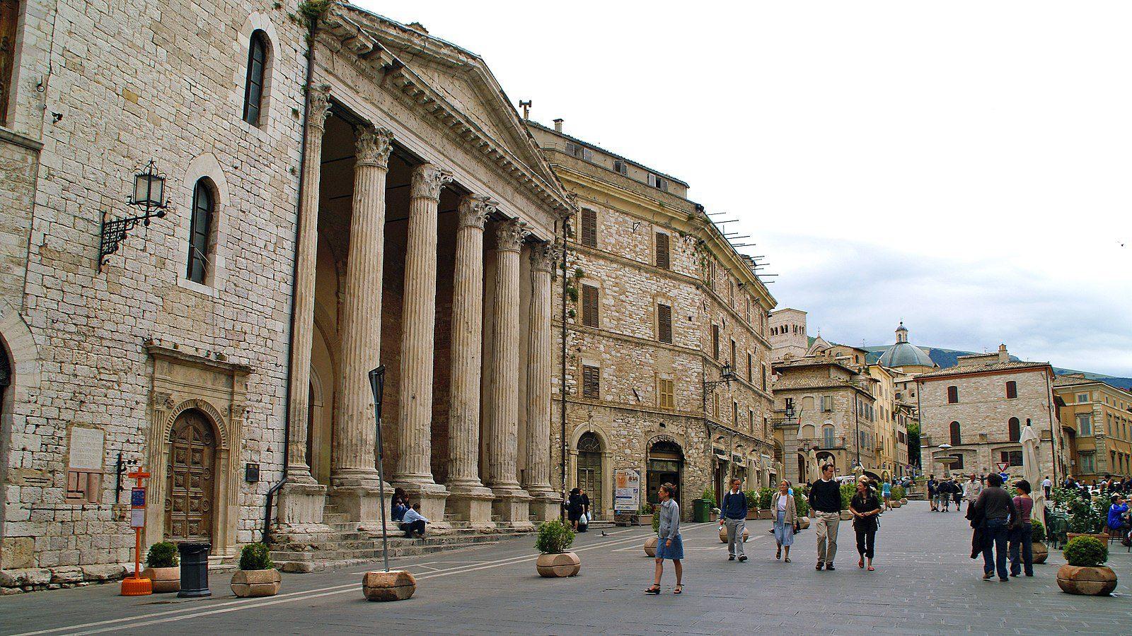 1600px-Temple_of_Minerva,_Piazza_del_Comune,_Assisi_-_panoramio